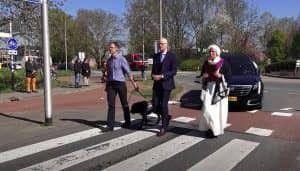 Uitvaartverzorger Jos Zeelen met de pastor, buurman en hulphond van overledene